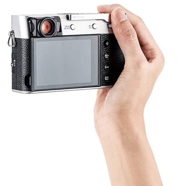 Thumbs_Up_Grip_JJC_fuer_Fujifilm_X100V_X100F_und_X_E3_in_silber_in_Hand_a.png
