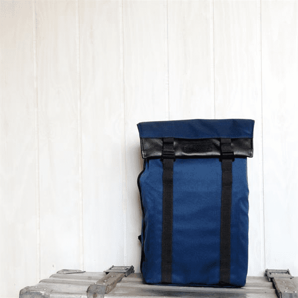 ArtisanArtist_Red_Label_Sling_Bag__RDB_SL300_Blau_vor_Wand_1.png