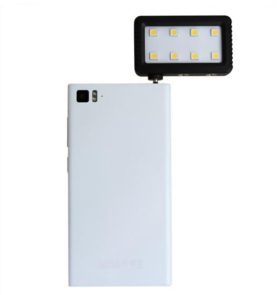 JJC_LED_8_Mini_Adjustable_LED_Light_with_Standard_Hot_Shot_Adapter_auf_Telefon.jpg