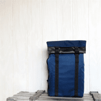 ArtisanArtist_Red_Label_Sling_Bag__RDB_SL300_Blau_vor_Wand_2.png