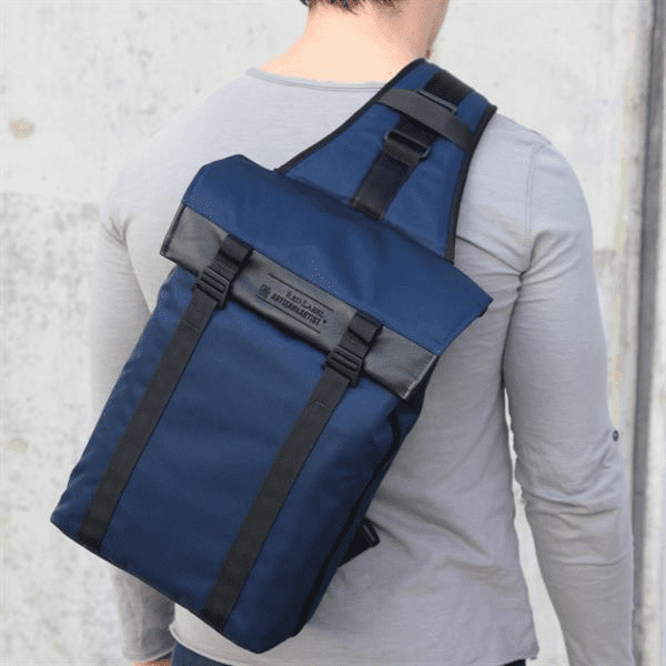 ArtisanArtist_Red_Label_Sling_Bag__RDB_SL300_Blau_am_Ruecken_2.png